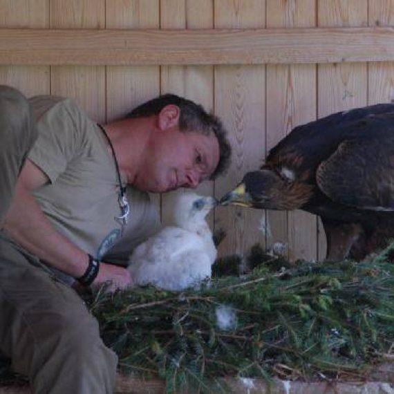 Eckard Mickisch mit Mutter und Jungvogel